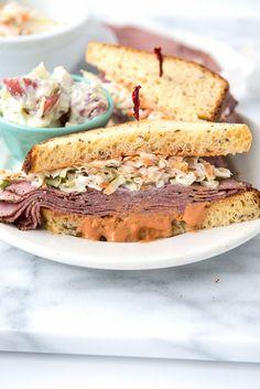 Sándwich estilo avenida Brooklyn con pastrami, ensalada de col y aderezo ruso | 31 sándwiches para el trabajo que no lo son