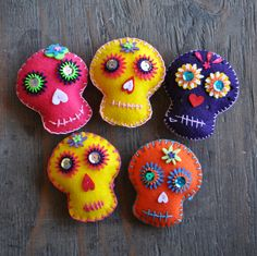 Embroidered Felt Sugar Skull Garland ~ Halloween & Day of the Dead Day Of The Dead Diy, Day Of The Dead Party, Day Of The Dead Skull, Mexican Christmas, Felt Christmas, Sugar Skull Crafts, Sugar Skulls, Candy Skulls, Felt Skull