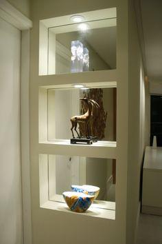Abuse da iluminação e criatividade, os espelhos neste nicho dão a sensação de profundidade e iluminam o hall...      Nichos são elegantes e ...
