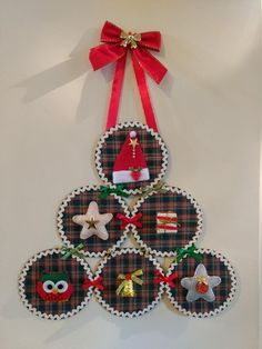 Felt Christmas Decorations, Christmas Wreaths, Christmas Crafts, Christmas Ornaments, All Things Christmas, Christmas Time, Glass Painting Designs, Cd Crafts, Christmas Aprons