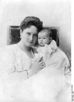 Alexandra with her youngest daughter,  Anastasia in 1901