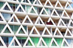 La Grande Motte, façade des Voiles Blanches, Yves Lamouche (1968) © Vincent Mercier (AD n°110 juillet-août 2012)