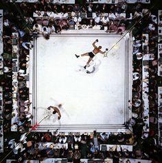 Vista aérea de Muhammad Ali, vitorioso após nocaute de Cleveland Williams no terceiro round, durante a luta World Heavyweight Title no Astrodome.  Foto de Neil Leifer