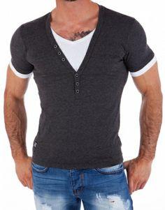Tøff kortermet t-skjorte i t-skjorte som er sydd sammen til ett produkt. Knapper i halsen og emblem nederst til høyre på t-skjorten. T-skjorten er slim fit med stretch Produsent: CarismaMateriale: 60% polyster, 35% bomull og 5% elestanSlim FitModell: Carma T-202Farge: Mørkegrå/hvitStørrelser: S, M, L, XL, XXL og 3XLModellen er 182cm høy, veier 84kg og bruker størrelse L.Vi har 30dagers åpent kjøp!