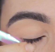 Esses são os melhores truques para fazer o delineado perfeito! #maquiagemfácil #make #maquiagem #makeinspiração #maquiagem #makediaadia #makeup #tutorial #dicas #makeiniciante #ideiasmaquiagem #maquiagemsimples #comosemaquiar #delineadogatinho #makeolhos Eye Makeup Steps, Eye Makeup Art, Skin Makeup, Eyeshadow Makeup, Makeup Cosmetics, Makeup Tips, Beauty Makeup, Makeup Revolution London, Makeup Order