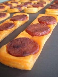 Fine puff pastry with chorizo ​​- C gourmet secrets - cuisine - Meat Recipes Bbq Appetizers, Best Appetizer Recipes, Meat Recipes, Appetizer Ideas, Mini Pizza, Salty Foods, Savoury Cake, Clean Eating Snacks, Food And Drink