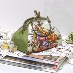 Beautiful summer handbag. You love her. She's roomy and pretty. One movement with a latch and everything is closed inside. Gorgeous print cotton, metal frame with miniature shoes, stylish design. Hand made.