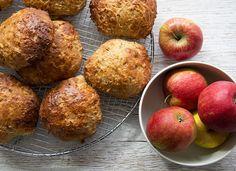 Skønne saftige havregrynsboller med æble og havregryn - en opskrift på nemme boller som smager helt vildt dejligt - få opskriften her