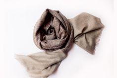 Écharpe 100% pashmina, l'un des duvets les plus précieux au monde, dessinée par le designer textile Sadhu et fabriquée en édition limitée sur les contre-forts de l'Himalaya par les artisans du Cachemire de la région de Srinagar.