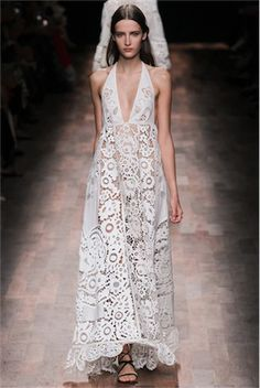 ヴァレンティノ ビーチウェディングにぴったりのカットアウトドレス。