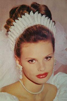 Demetrios Headpiece 1993 Stunning Tiara made of pearls and crystals. Veil not known. Headpiece Wedding, Wedding Veils, Bridal Headpieces, Wedding Dresses, Wedding Trends, Trendy Wedding, Wedding Hairstyles With Veil, Bridal Hair Vine, Vintage Bridal