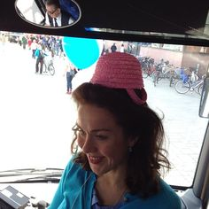 Lisa Sounio-Ahtisaari Kokoomus -kiertueella hassuttelua hatussa.