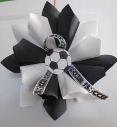 SM Soccer wreath - made from paper napkins, this wreath is for the soccer player/lover in your life. Great for awards banquet decor at the end of the season, too! Soccer Banquet, Soccer Party, Soccer Gifts, Soccer Stuff, Soccer Wreath, Volleyball Team, Referee, Paper Napkins, How To Make Wreaths