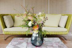 SO SCHÖNE BLUMEN GIBT'S! Kramer & Kramer bietet ein täglich frisches Sortiment ausgewählter Schnittblumen. Für Hochzeiten und alle denkbaren Feiern, die nach Blumenschmuck verlangen, stellen wir aufregende und ungewöhnliche Arrangements zusammen. Fad und gewöhnlich gibt's auch woanders. Furniture, Home Decor, Giving Flowers, Cut Flowers, Floral Headdress, Beautiful Flowers, Nice Asses, Decoration Home, Room Decor