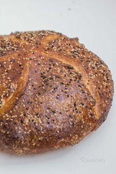 Vedieť upiecť domáci kváskový chlieb je nemalá frajerina. Ale hlavne je to obrovská dobrota! Kváskový chlieb je oveľa chutnejší než akýkoľvek kupovaný. Má chrumkavejšiu, krásne sfarbenú a skaramelizovanú kôrku. Má tiež nižší glykemický index a dlhšiu trvanlivosť. Tak prečo to neskúsiť? :) Banana Bread, Desserts, Food, Gardening, Recipes, Hampers, Kochen, Meal, Essen