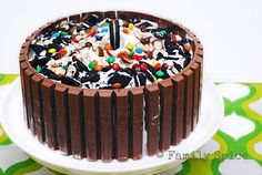 Whether for a birthday or a summer party, everyone will gaga over this Candy Shop Kit Kat Ice Cream Cake. Customize it with your favorite ice cream flavors! Food Cakes, Cupcake Cakes, Cupcakes, Bolo Kit Kat Receita, Frozen Desserts, Frozen Treats, Cake Recipes, Dessert Recipes, Ice Cream Flavors