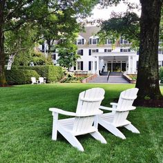 """(2/4) """"We love staying at the @woodstock.inn—rooms are filled with antiques and some even have fireplaces and four-poster beds. During the summer, they set out Adirondack chairs on the lawn, and we always bring down glasses of rosé or cold beers from the bar and camp out."""" —@theyellownote #WheretoFindMe #OKLTakeover"""