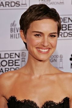 Natalie Portman is one of the actresses who chop their hair for their role. In our gallery you will find the images of 15 Nice Natalie Portman Pixie Cut that. Oval Face Haircuts, Haircuts For Fine Hair, Short Pixie Haircuts, Pixie Hairstyles, Short Hairstyles For Women, Celebrity Hairstyles, Prom Hairstyles, Pixie Cut With Bangs, Short Hair With Bangs