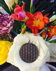 Colier Floarea Vietii, argintat sau aurit, diametru pandantiv: 4 cm, lungime lant: 80 cm. Pret: 59 lei.  http://folconcept.ro/magazin/colier-floarea-vietii-diverse-dimensiuni/ Floarea Vieții este un simbol de geometrie sacră cu o forță magică și cu o încărcătură energetică deosebită, care întăreşte câmpul auric şi ne protejează de energiile negative şi stres, îmbunătăţind fluxul energiei în corp şi prevenind îmbolnăvirea.