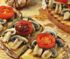 Bruschetta de cogumelos, tomate e alho caramelizado   SAPO Lifestyle Happy Foods, Bruschetta, Crepes, Vegetable Pizza, French Toast, Vegetables, Breakfast, Healthy, Dart Frogs