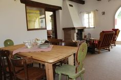 La sala da pranzo con il caminetto Communal Kitchen, Toilet Room, Bed And Breakfast, Family Room, Dining Table, Furniture, Home Decor, Family Rooms, Dinning Table