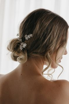 The Maya floral hair pins are beautiful collectables for those who adore minimalist design and delicate details. Effortless and romantic. Headpiece Wedding, Wedding Updo, Wedding Hairstyles, Wedding Day, Bridal Hair Flowers, Bridal Hair Pins, Side Chignon, Bridal Bun, Romantic Updo