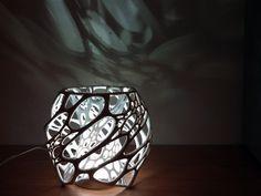 Una lámpara vanguardista, utilizando el desarrollo celular como elemento vectorizador del diseño. Puedes usarlo como una pantalla de una luz LED o como una escultura. Créditos: Nervous System