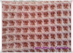 "In questo articolo vi spiego la lavorazione del punto waffle all'uncinetto. Un punto molto particolare che si adatta a creazioni prettamente ""invernali"". Crochet Ripple Blanket, Crochet Stitches, Diy And Crafts, Pattern, Camilla, Macrame, Tutorials, Bed Feet, Towels"