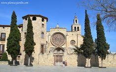 El Jardín Medieval: fachada principal del Monasterio de San Cugat, arte románico-gótico catalán