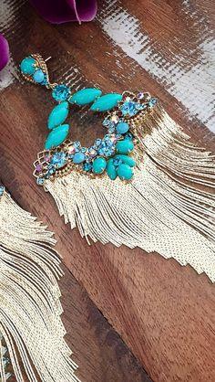 Detalhe brinco azul com franjas douradas - Flávia Caldeira