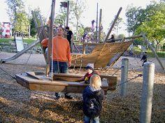 Schiff und Schiffsschaukel im                             Herminghauspark in Velbert (Region                             Wuppertal), Deutschland