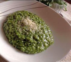 Il risotto agli spinaci è un primo piatto veramente sano e genuino, un piatto dal sapore delicato
