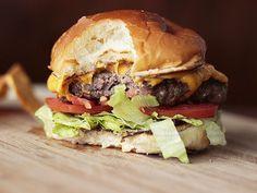 Que tal experimentar esta receita de Hambúrguer Apimentado com Doritos que o Comida do dia já aprovou? Doritos, Hamburger, Beef, Cooking, Ethnic Recipes, Food, Queijo Gouda, Creme, Snacks