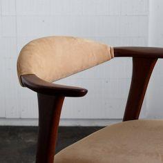 Vintage Arm chair / Erik Kirkegaard/デンマークで買付けた1960年代頃のErik Kirkegaard(エリック・キルケゴー)のハーフアームチェア。 肉厚なチークの無垢材で構成されたアームのデザインが特徴の非常に存在感のある佇まいです。 #家具 #ヴィンテージ #北欧 #テーブル #デザイン #アンティーク #デンマーク #イギリス #チェア #キルケゴー