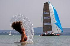 Mujer de natación en el Lago Balaton, cerca de la península de Tihany, 150 km al oeste de Budapest, 14 de julio de 2011. (Reuters / Laszlo Balogh)