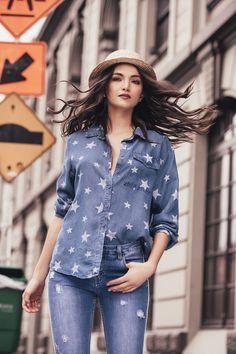 CAMISA DENIM ESTRELLAS: Camisa en denim estampada con estrellas, botonadura en frente y bolsillo en pecho. Disponible en azul oscuro y azul claro. Ruffle Blouse, Tops, Women, Fashion, Dark Blue, Light Blue, Stars, Budget, Trends