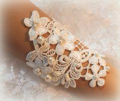 He encontrado este interesante anuncio de Etsy en https://www.etsy.com/es/listing/240654086/6-inch-lt-ivory-lace-bracelet-wedding