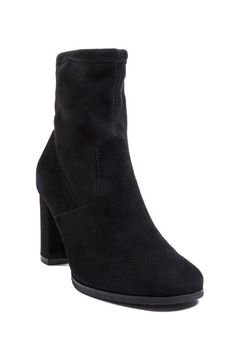 Look chic in rain, snow, or shine by sporting these Blondo Kelly weatherproof booties.