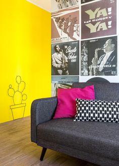 Hier ist ein Vorgeschmack auf diese jazz-Legende-Tapete sowie die eleganten, modernen Einrichtung. Links neben der unauffälligen grauen Sofa sehen wir die Metall-Kaktus-Wand-Kunst.