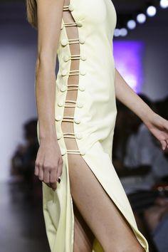 Cushnie et Ochs Ready To Wear Spring Summer 2016 New York - NOWFASHION Fashion 2020, 90s Fashion, Runway Fashion, Fashion Dresses, Fashion Looks, Womens Fashion, Fashion Tips, Military Inspired Fashion, Fashion Details