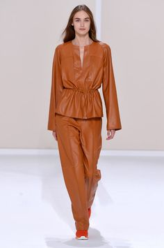 A estilista Nadège Vanhee-Cybulski faz uma coleção superminimalista pra primavera-verão 2016 da Hermès, na qual a grande estrela é a qualidade dos materiais usados