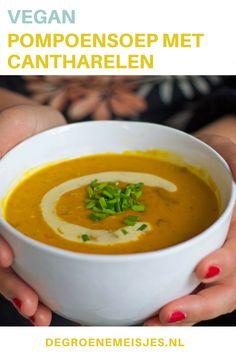 recept voor vegan maaltijdsoep pompoensoep met cantharellen. Heerlijk romig en gevuld. #vegan #soep #pompoen