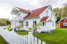 Bilderesultat for stakittgjerde Swedish Style, Swedish House, Beautiful Norway, Beautiful Homes, House Trim, My House, Bungalow, Scandinavian Home, Curb Appeal