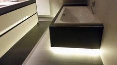 Met keratop afgewerkt bad, met LED verlichting te Rijssen, ook de vloer het werkblad en de stollen zijn van het zelfde materiaal gemaakt.