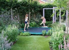 Garden and children: ideas and solution to integrate trampoline, swing … – Adele Pins Trampolines, Small Backyard Landscaping, Fire Pit Backyard, Backyard For Kids, Backyard Ideas, Back Gardens, Small Gardens, Garden Trampoline, Garden Design Plans