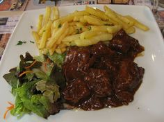 Carbonnades Flamandes / Stoverij Beef and beer is a food pairing any brew enthusiast will love. Flemish Belgians invented carbonade flamande using just that combination, and it's one of Belgium's iconic dishes. European Dishes, European Cuisine, Gourmet Recipes, Cooking Recipes, Healthy Recipes, Slow Food, A Food, Riced Broccoli Recipes, Belgium Food