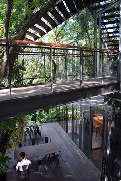 全国各地で活躍する女性の建築関係者に、その土地のオススメ建築を1日で案内してもらう日経アーキテクチュアの連載コラム「建築女子オススメ1日旅」。12月22日号で番外編としてお届けした、タイ・バンコクの1日旅コースを詳しく紹介しよう。 Cafe Interior Design, Interior Architecture, Book Cafe, Urban Design, Home Projects, Travel Inspiration, Thailand, Scenery, Landscape