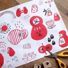 「【手紙舎 2nd STORY】 イラストレーター・柴田ケイコさんより新作の包装紙が届きました! A3サイズいっぱいに描かれた、だるま、だるま、だるま…!…」