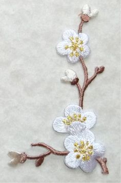QUINCE WHITE RIGHT EMBROIDERED IRON ON APPLIQUE