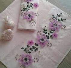 Kurdela Diy Lace Ribbon Flowers, Ribbon Flower Tutorial, Fabric Flowers, Silk Ribbon Embroidery, Embroidery Patterns, Hand Embroidery, Creative Embroidery, Ribbon Work, Needlework